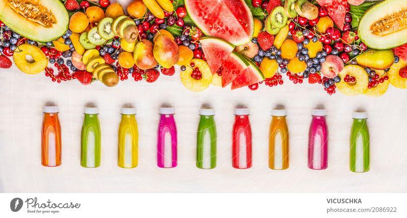Bunte Smoothie und Säften mit Obst Auswahl Lebensmittel Frucht Ernährung Bioprodukte Vegetarische Ernährung Diät Getränk Erfrischungsgetränk Saft Flasche
