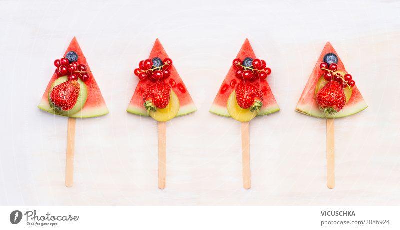 Wassermelone Fruchteis am Stiel mit Beeren Lebensmittel Dessert Ernährung Saft Lifestyle Stil Design Gesunde Ernährung Sommer Coolness Snack Vegane Ernährung