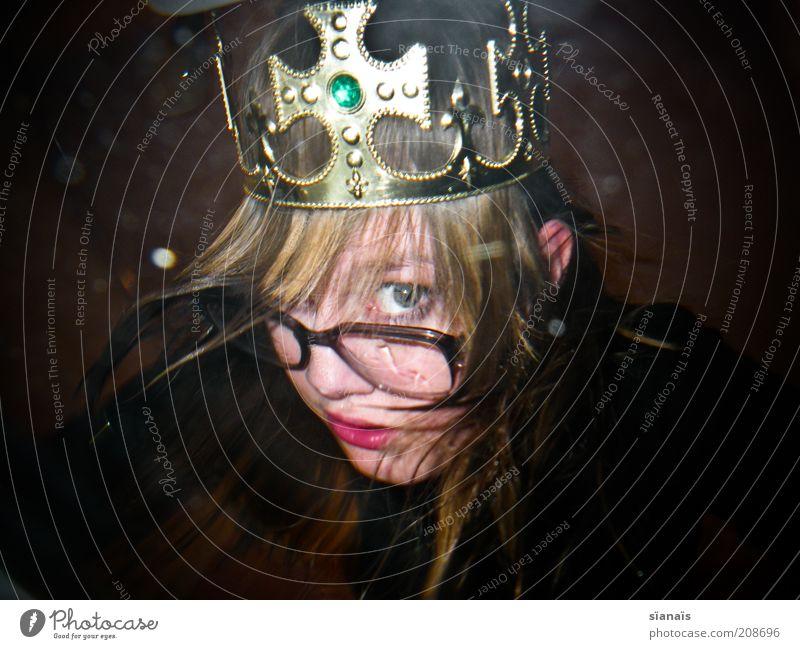king-size Mensch Frau Erwachsene Kopf blond Gold Brille Karneval Reichtum trashig langhaarig König Kostüm verkleiden unschuldig nerdig