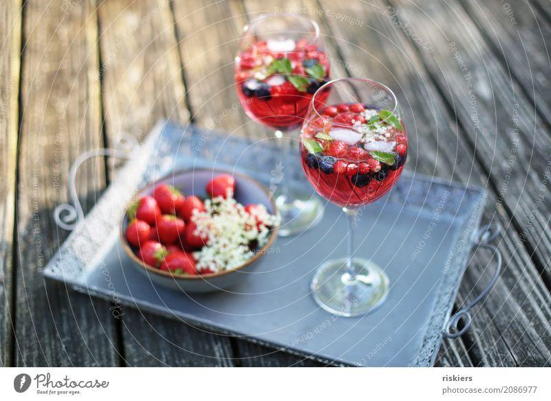 so schmeckt der sommer Frucht Erdbeeren Beeren Holunderblüte Himbeeren Blaubeeren Getränk Erfrischungsgetränk Alkohol Sekt Prosecco Schalen & Schüsseln Glas