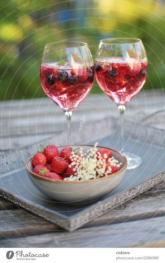 so schmeckt der Sommer iii Getränk Erfrischungsgetränk Alkohol Sekt Prosecco Glas lecker genießen Garten Erdbeeren Holunderblüte Bowle Blaubeeren Eiswürfel
