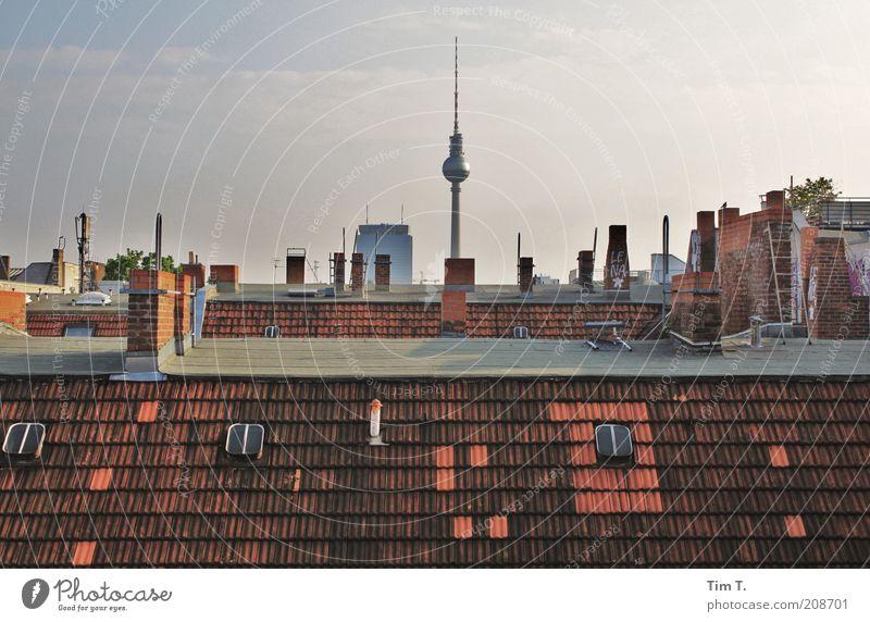 über den Dächern Berlins Himmel Stadt Haus hoch Häusliches Leben Dach Telekommunikation Aussicht Wahrzeichen Stadtzentrum Sehenswürdigkeit Schornstein