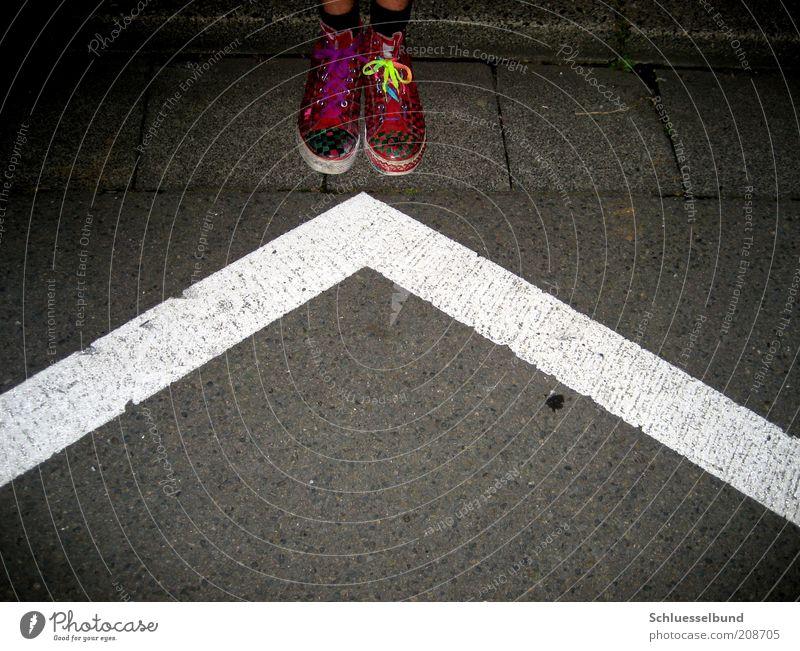 w G IIII Jugendliche weiß schwarz gelb dunkel Straße Stil Stein Fuß Linie rosa Schuhe stehen modern Beton Streifen