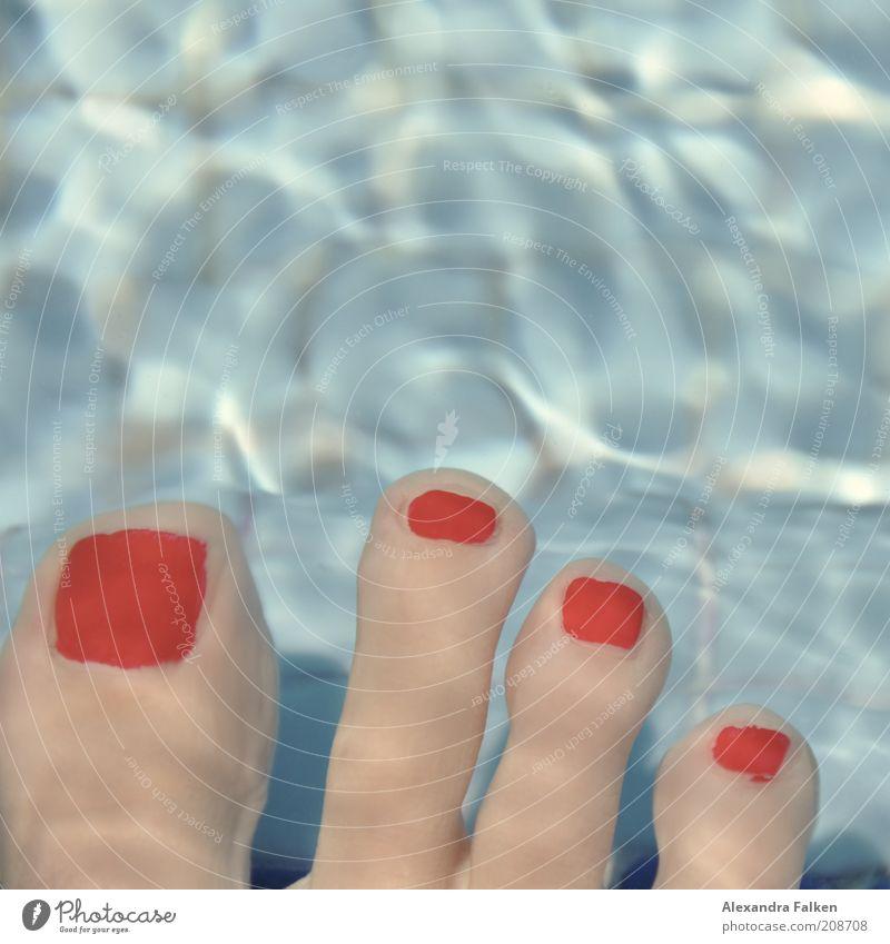 Vier gewinnt. Fuß Zehen Zehnagel blau rot Nagellack Pediküre Unterwasseraufnahme schrumplig Fliesen u. Kacheln Erholung Schwimmen & Baden Farbfoto