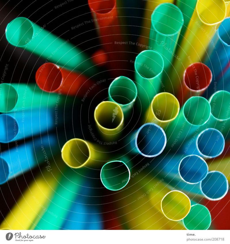 Unendliche Weiten ... Erfrischungsgetränk Trinkhalm Kunststoff lang rund blau gelb grün rot Perspektive Röhren röhrenartig Schlürfhilfe Tiefenschärfe mehrfarbig