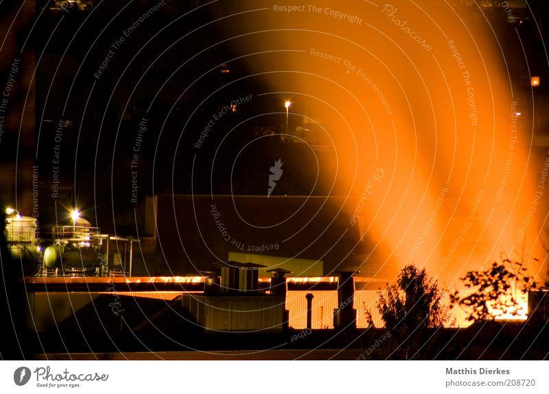 Fabrik Stadt dunkel Gebäude orange Brand ästhetisch gefährlich Industrie bedrohlich Industriefotografie Bauwerk gruselig Rauch Schornstein