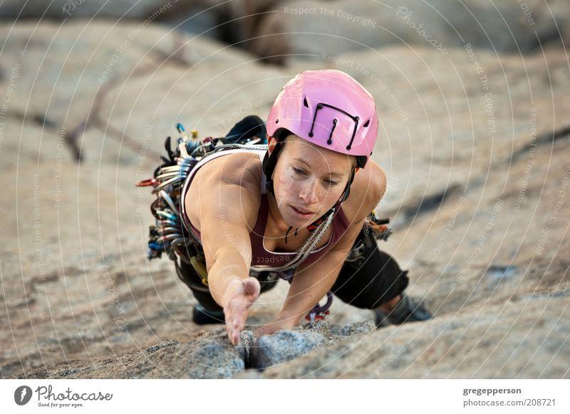 Mensch Jugendliche Erwachsene Leben Sport Kraft hoch Abenteuer Seil 18-30 Jahre Junge Frau Klettern Konzentration Risiko Mut sportlich