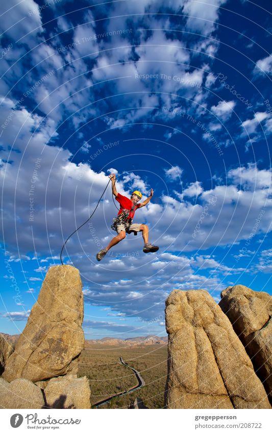 Mensch Mann Erwachsene Leben Berge u. Gebirge springen Kraft Felsen fliegen hoch Abenteuer gefährlich Seil Erfolg Klettern Gipfel