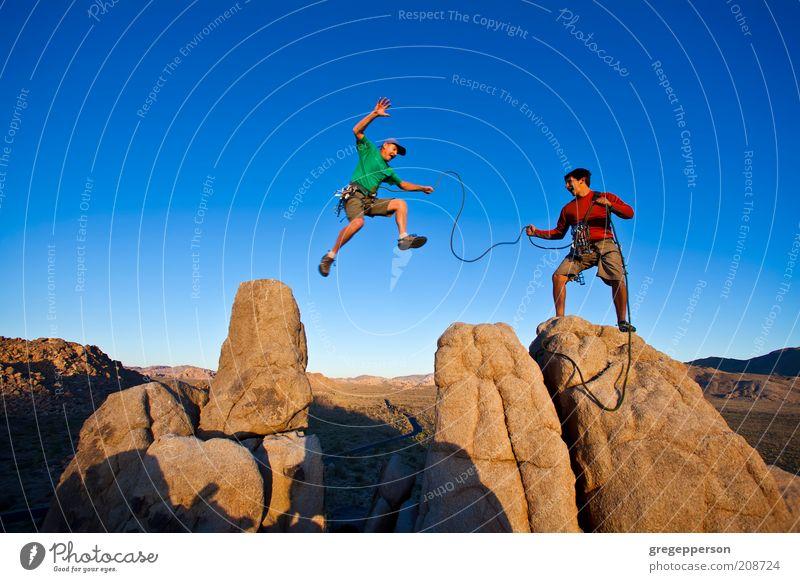 Team von Kletterern auf dem Gipfel. Leben Abenteuer Klettern Bergsteigen Seil maskulin 2 Mensch 30-45 Jahre Erwachsene Felsen Berge u. Gebirge Fitness fliegen