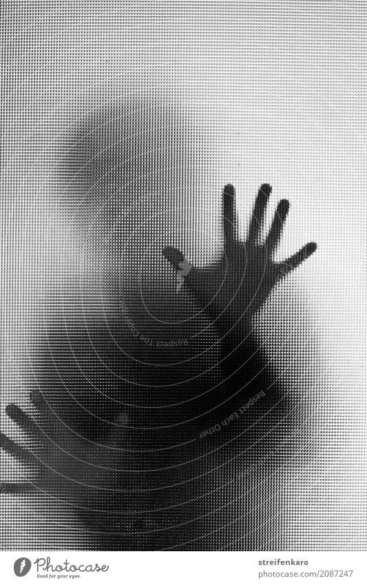 Menschliche Silhouette hinter einer Glasscheibe, die Hände berühren die Scheibe Frau Erwachsene Mann Hand 1 beobachten Aggression ästhetisch bedrohlich dunkel