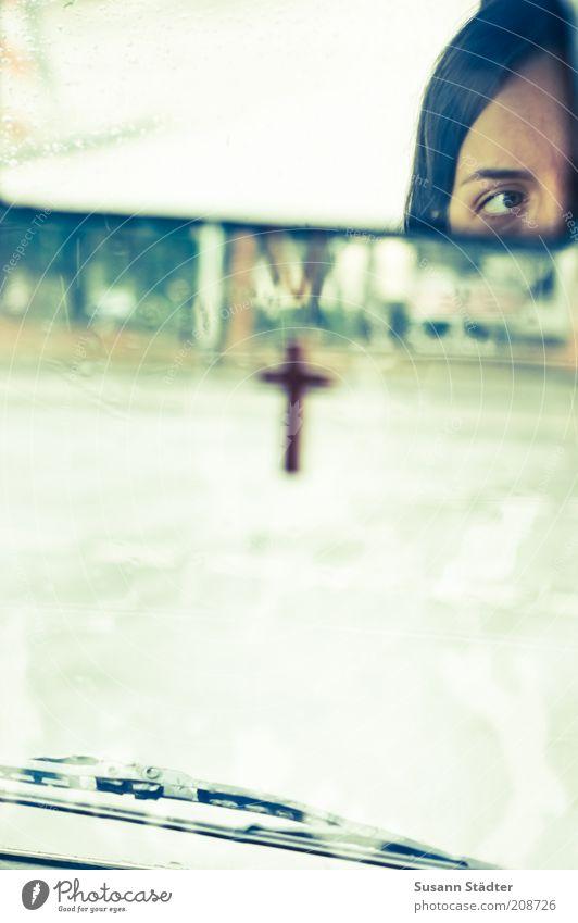 im Auftrag des Herrn Frau Jugendliche Erwachsene Auge Straße Wege & Pfade Kopf Religion & Glaube Denken PKW Sicherheit 18-30 Jahre beobachten Schutz Glaube Christliches Kreuz
