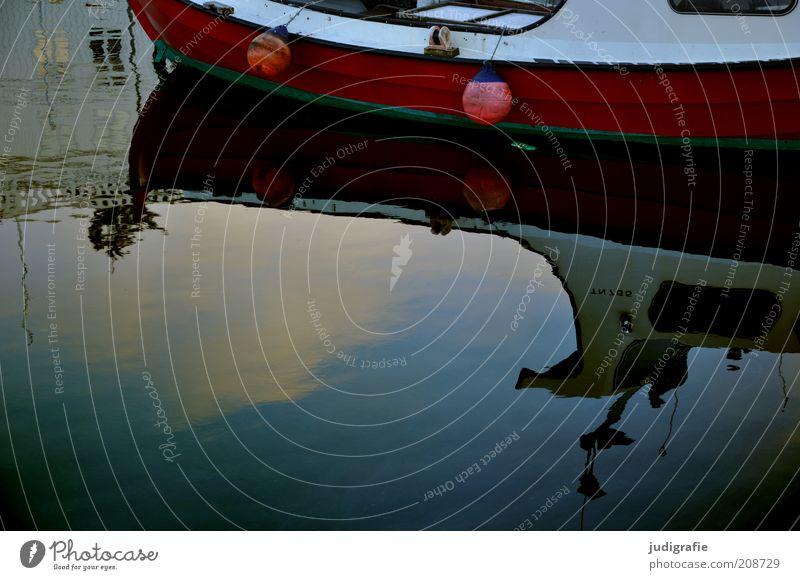 Färöer rot ruhig dunkel Küste Stimmung Wasserfahrzeug Bucht Hafen Anlegestelle Wasseroberfläche Spiegelbild Boje Føroyar Dänemark Tórshavn