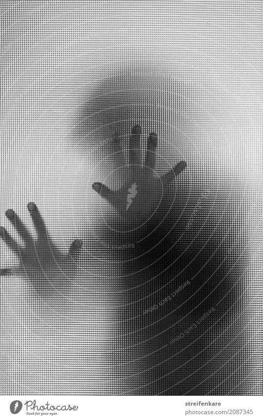 Menschliche Silhouette hinter einer Glasscheibe, die Hände berühren die Scheibe Frau Erwachsene Mann Hand 1 30-45 Jahre ästhetisch bedrohlich dunkel gruselig