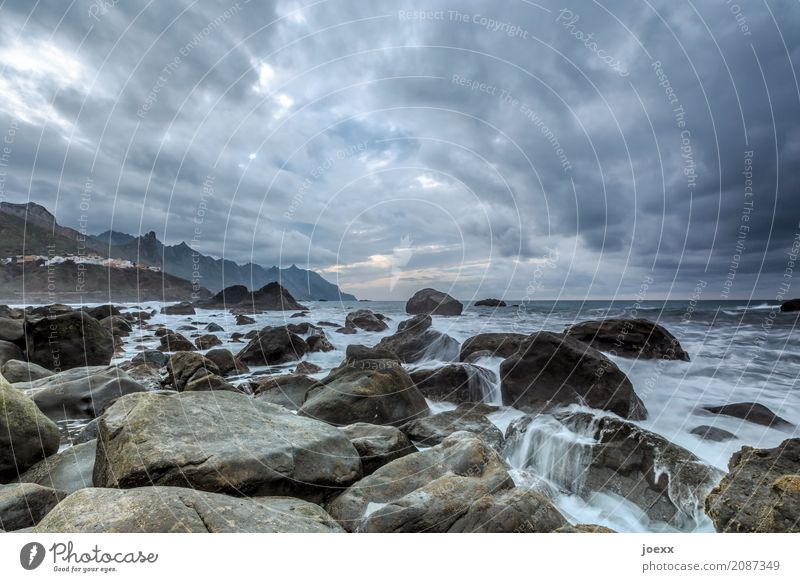 Mehr erzählt Meer Insel Natur Landschaft Urelemente Wasser Himmel Wolken Horizont Wetter schlechtes Wetter Felsen Berge u. Gebirge Wellen Küste Teneriffa Dorf