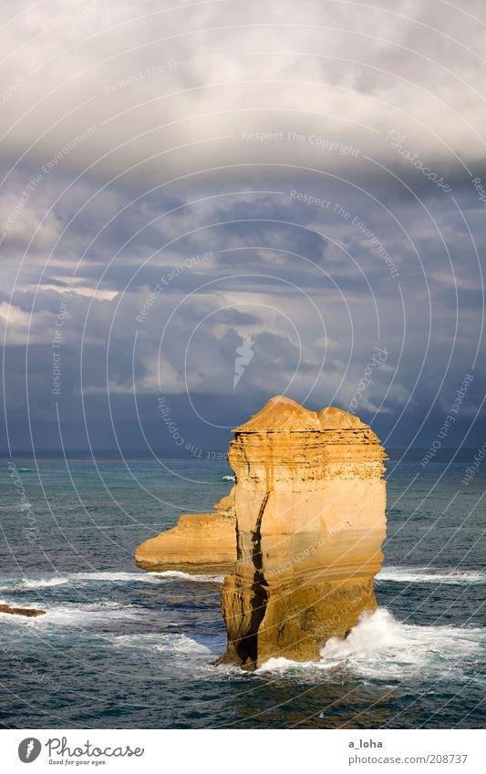 the rock Urelemente Himmel Gewitterwolken Horizont Sonnenlicht schlechtes Wetter Unwetter Wind Felsen Wellen Küste Meer Bewegung stehen außergewöhnlich dunkel