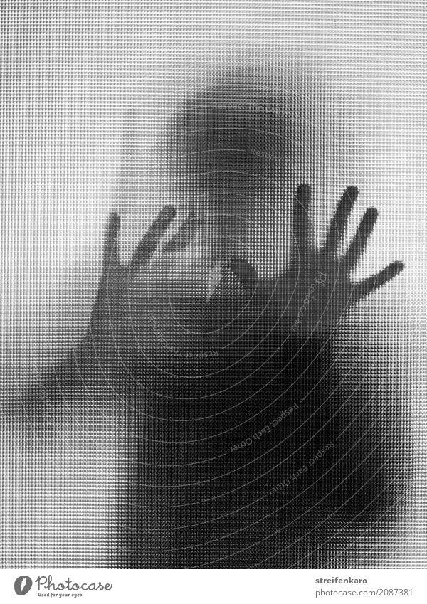 Menschliche Silhouette hinter einer Glasscheibe Frau Erwachsene Mann Körper Hand 1 berühren Bewegung stehen bedrohlich dunkel Neugier Ungeduld Beginn ästhetisch
