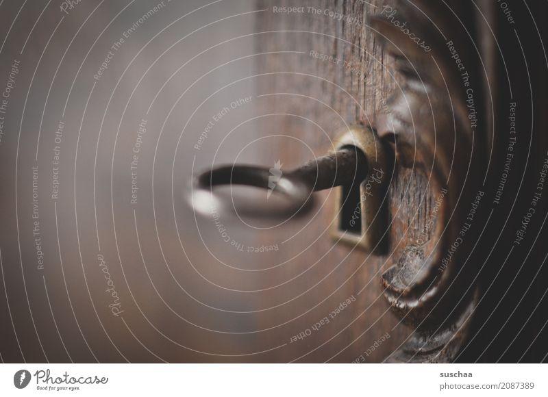 unter verschluss Schlüssel Schlüsselloch Holz Holztür geschlossen verstecken Sicherheit geheimnisvoll Neugier Verbote Verschluss holzverzierung Schnitzereien