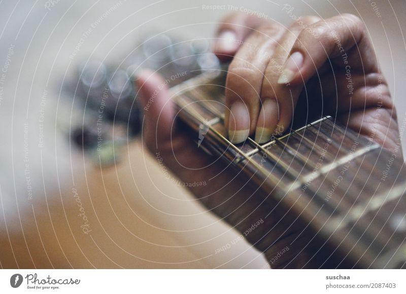 mal wieder musik machen Gitarre Gitarrenhals Gitarrensaite Hand Finger Klangkörper Musik musizieren Musiker komponieren Rockmusik Popmusik Lied hören fühlen