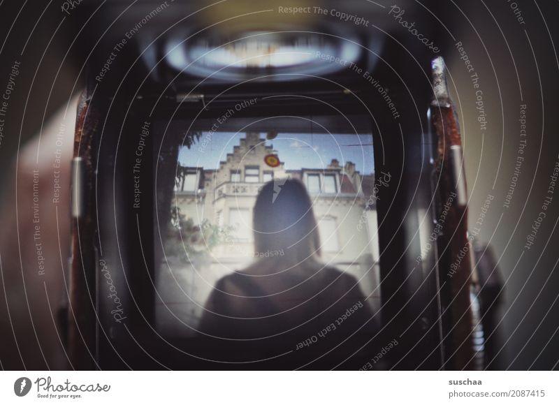 ttv Mensch alt Junge Frau Mädchen dunkel retro Fotokamera altehrwürdig analog digital Kamerawurf