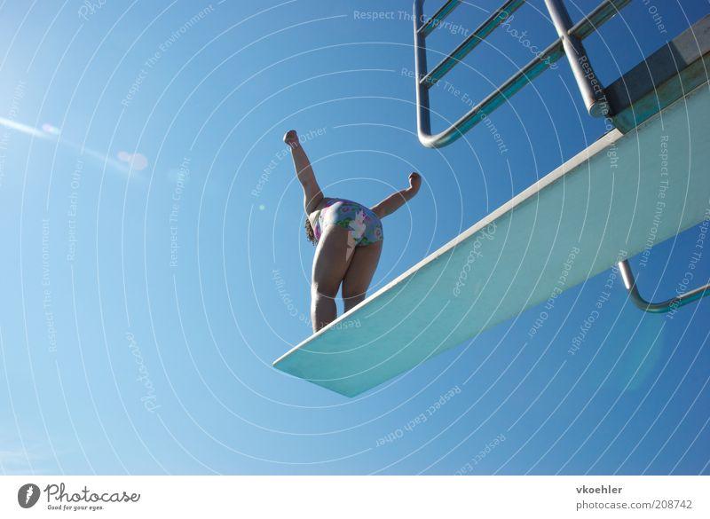 should i stay or should i go? Mensch Kind Jugendliche blau Freude Sport springen Angst Schwimmen & Baden hoch Schwimmbad heiß Schönes Wetter Geländer 13-18 Jahre Mut