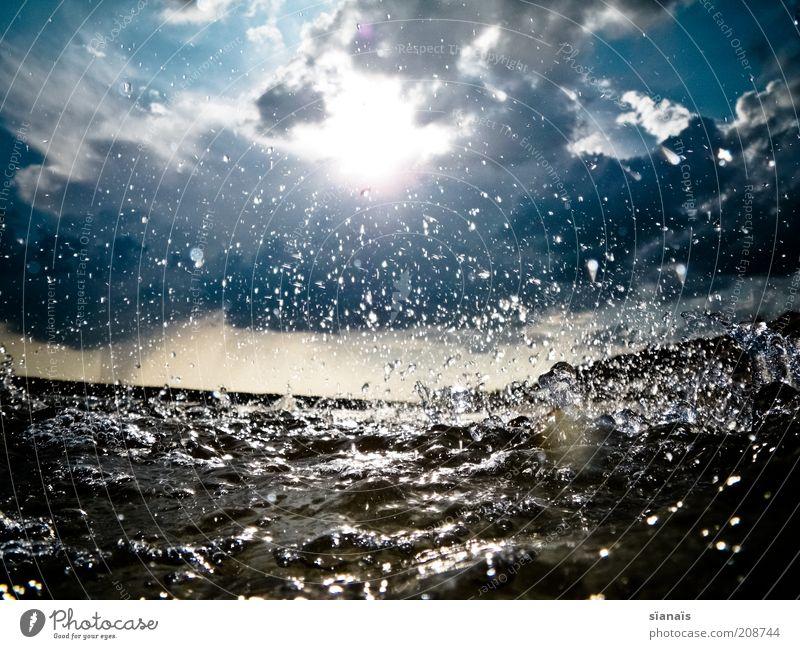unwetter Umwelt Natur Urelemente Luft Wasser Wassertropfen Himmel Wolken Gewitterwolken Sommer Unwetter Sturm Regen Wellen See bedrohlich dunkel kalt Bewegung
