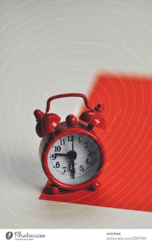 der rote wecker (2) Wecker Weckhilfe schlafen wecken aufwachen Alarm Krach laut aufstehen klingeln Uhr Zeit Zeitangabe Müdigkeit Biorythmus Weckzeit Eile