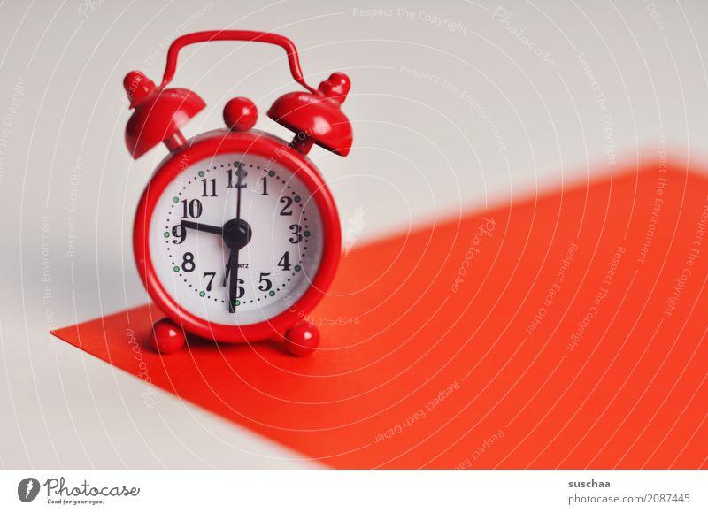der rote wecker Wecker wecken aufstehen klingeln Uhr Zeit weckzeit Eile zeitmangel Zeitplanung Ziffern & Zahlen Uhrenzeiger klein 9:30 uhr schlafen