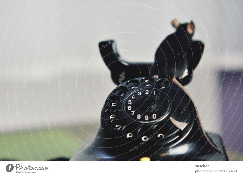 maus auf telefon Maus Tier Haustier Säugetier Telefongespräch Telekommunikation altes Telefon Wählscheibe Bakelit Telefon sprechen Telefongabel Neugier