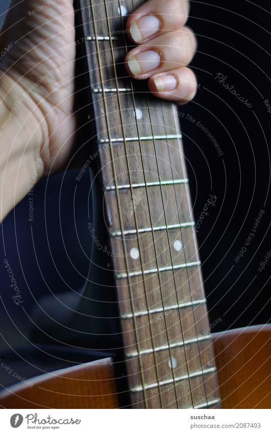 mal wieder musik machen Gitarre Gitarrenhals Gitarrensaite Hand Finger festhalten Klangkörper Musik musizieren Musiker komponieren Rockmusik Popmusik Lied hören