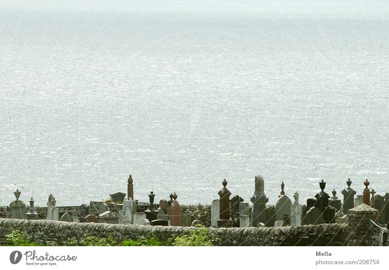 Zimmer mit Aussicht Umwelt Küste Meer Friedhof Mauer Wand Grabstein Stein außergewöhnlich Gefühle Stimmung Glaube Traurigkeit Trauer Tod Sehnsucht Ende ruhig