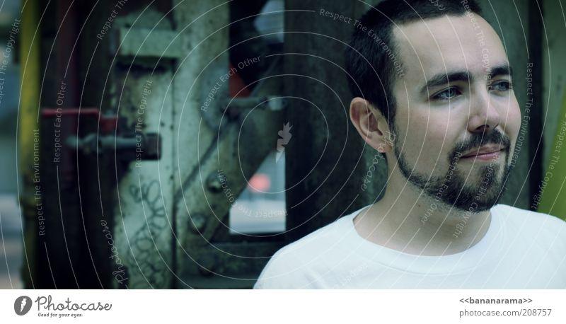 Zuversicht Fabrik Industrie maskulin Junger Mann Jugendliche Gesicht 1 Mensch 18-30 Jahre Erwachsene Industrieanlage T-Shirt Haare & Frisuren brünett Bart