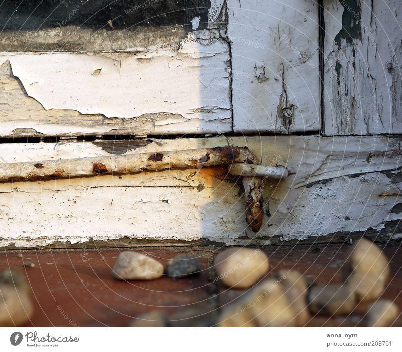 der Haken Haus Fenster Stein Holz Glas alt kaputt braun gold weiß Armut Einsamkeit Nostalgie sparsam Verfall Vergangenheit Vergänglichkeit abblättern Farbfoto