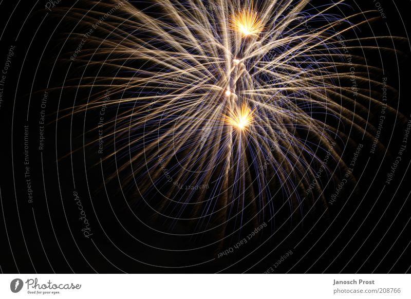 Feuerwerk III Veranstaltung Silvester u. Neujahr Show leuchten Blick Unendlichkeit oben gelb gold schwarz silber Begeisterung Überraschung Lichterscheinung