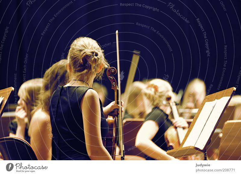 Erste Geige Mensch Jugendliche Junge Frau ruhig 18-30 Jahre schwarz Erwachsene gelb feminin Kunst Freizeit & Hobby elegant Musik blond sitzen warten