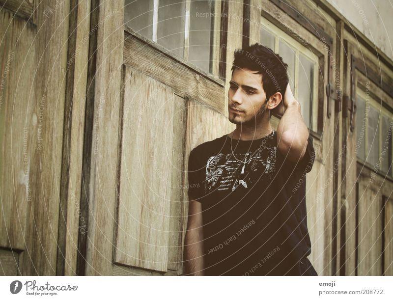 ( ) maskulin Junger Mann Jugendliche 18-30 Jahre Erwachsene berühren Denken stehen träumen Traurigkeit warten Coolness schön einzigartig braun Verschwiegenheit
