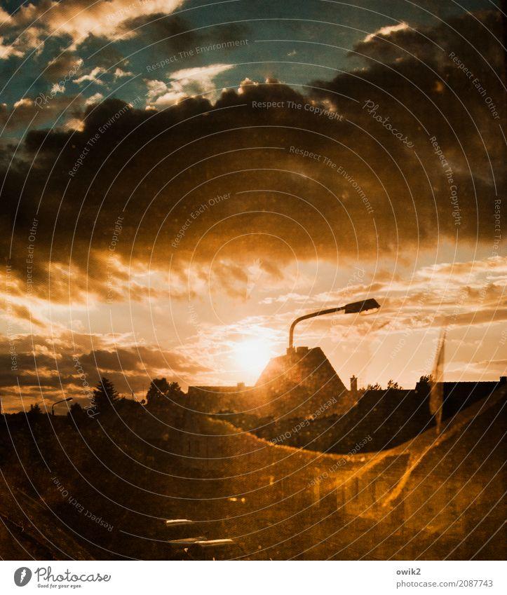 Schlussakkord Himmel Sommer Wolken Haus ruhig Ferne Fenster Wärme Deutschland orange hell Horizont leuchten glänzend Glas Schönes Wetter