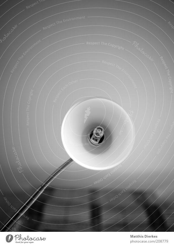 Leselampe alt Lampe Leben Wohnung Glas Armut Elektrizität gut Häusliches Leben Zeichen Gardine Heimat Schwarzweißfoto Leselampe