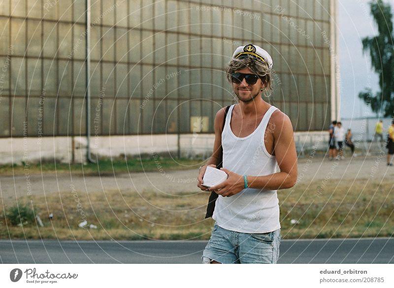 Landgang Mensch Mann Jugendliche Freude Gras blond Erwachsene gehen maskulin Lifestyle Jeanshose Beruf einzigartig außergewöhnlich Hut Hemd