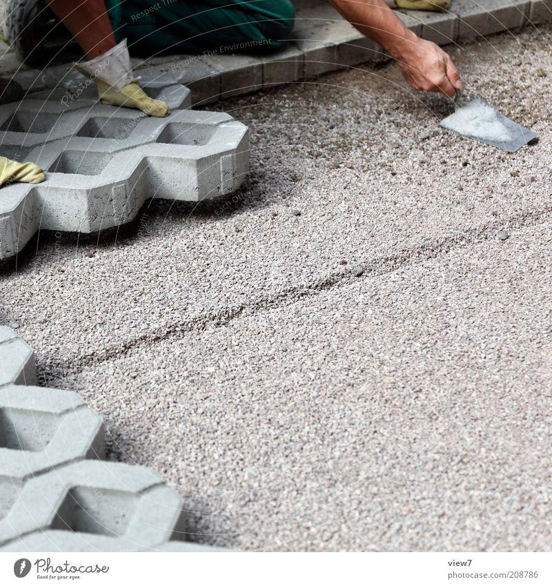 Rasengittersteine Handwerker Arbeitsplatz Baustelle Mensch Arme Finger 2 Straße Stein Beton bauen knien machen einfach Beginn Ordnung rein