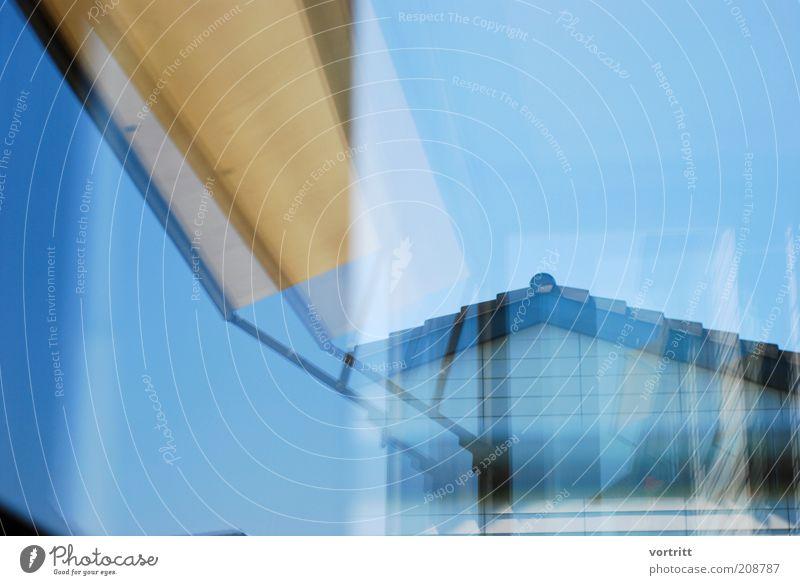 Synthese Häusliches Leben Wohnung Haus Gebäude Architektur Fassade Terrasse Dach blau gelb Sonnenblende Himmel Konstruktion Reflexion & Spiegelung Farbfoto