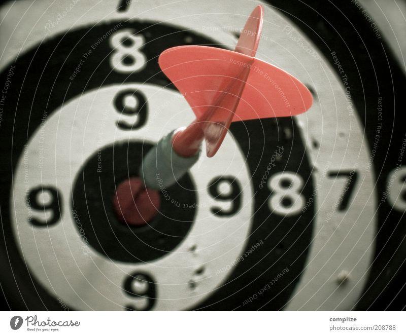 dart rot Freude Sport Spielen Glück Freizeit & Hobby Schilder & Markierungen Erfolg retro Ziffern & Zahlen Zeichen Symbole & Metaphern Ziel Mitte Pfeil Pfeile