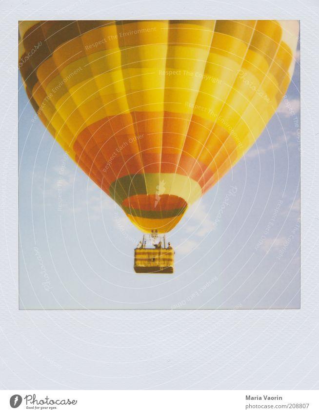 Auf, auf und davon Tourismus Freiheit Sommer Mensch Menschengruppe Luft Schönes Wetter Wind Fluggerät Ballone Bewegung fahren fliegen Blick Ferne frei hoch oben