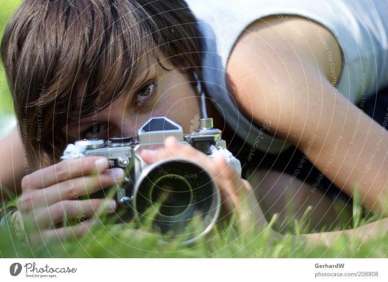 Auf Entdeckungsreise Mensch Jugendliche Wiese feminin Gras Kunst Erwachsene Erde Perspektive Coolness retro nah liegen Frau beobachten
