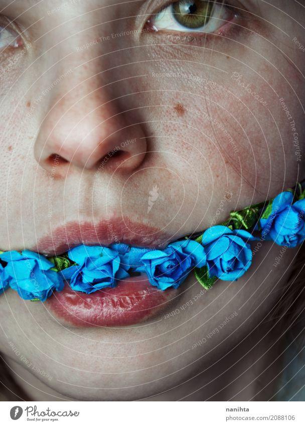 Künstlerisches Porträt einer jungen Frau mit Blumen in ihrem Mund Mensch Jugendliche Junge Frau weiß rot ruhig 18-30 Jahre dunkel Gesicht Erwachsene Auge