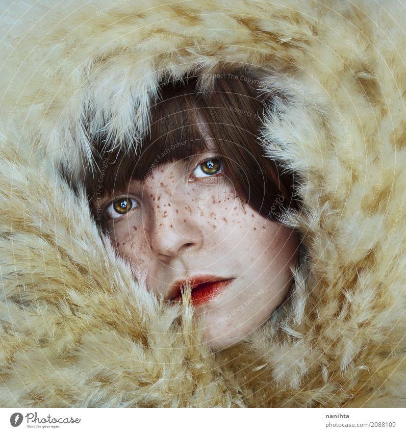 Künstlerisches Portrait einer sommersprossigen jungen Frau zwischen trockenen Anlagen elegant exotisch schön Haut Gesicht Lippenstift Sommersprossen Mensch