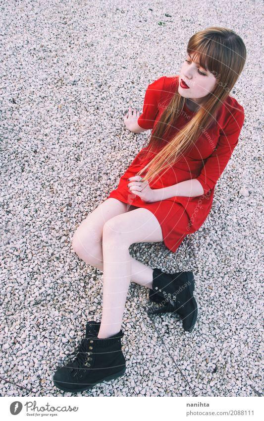 Junge blonde Frau, die ein rotes Kleid trägt elegant Stil Mensch feminin Junge Frau Jugendliche 1 18-30 Jahre Erwachsene Mode Stiefel Haare & Frisuren