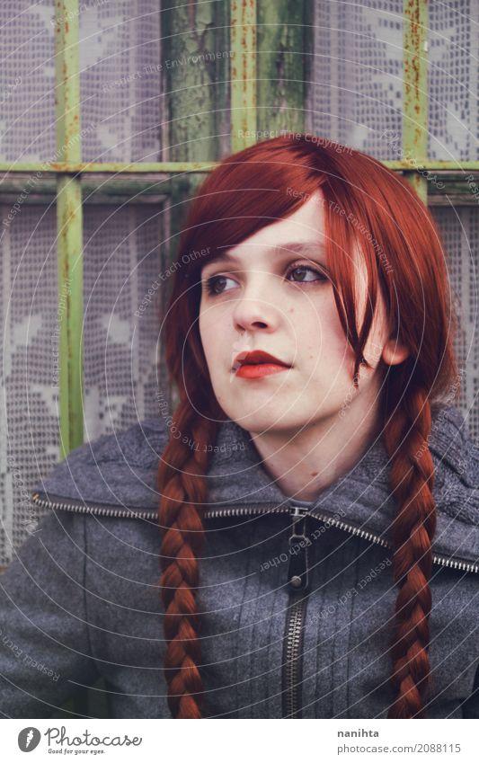 Portrait einer jungen Rothaarigefrau mit Borten Mensch feminin Junge Frau Jugendliche 1 18-30 Jahre Erwachsene Fenster Mantel Haare & Frisuren rothaarig