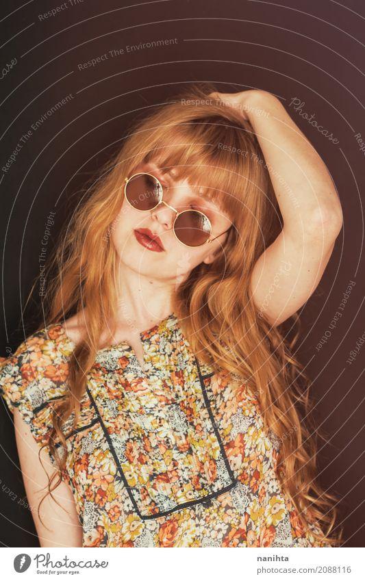 Tragende Kreissonnenbrille der jungen blonden Frau Mensch feminin Junge Frau Jugendliche 1 18-30 Jahre Erwachsene Mode Hemd Sonnenbrille Haare & Frisuren