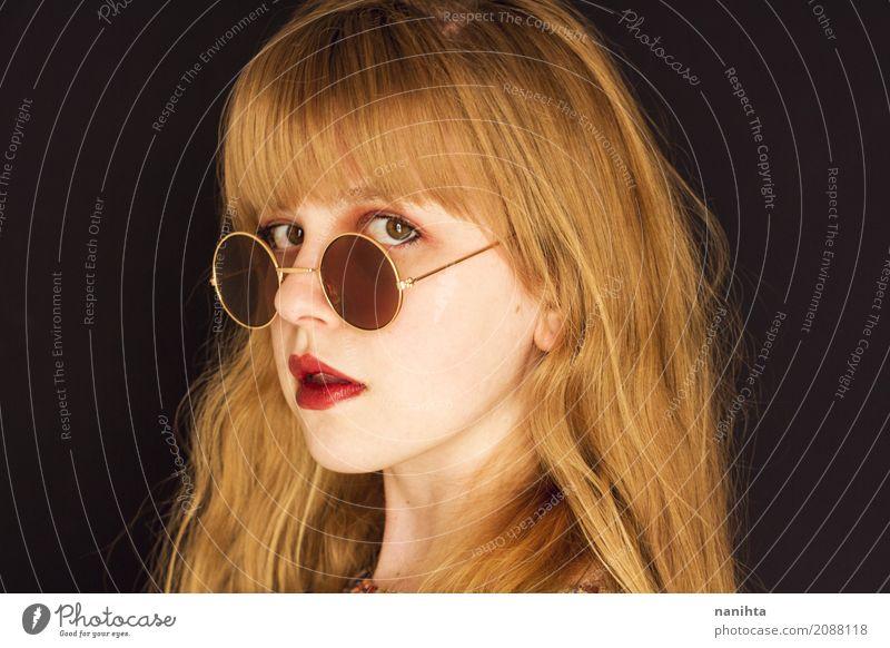 Junge blonde Frau mit Kreissonnenbrille elegant Stil schön Haut Gesicht Lippenstift Mensch feminin Junge Frau Jugendliche 1 18-30 Jahre Erwachsene Accessoire