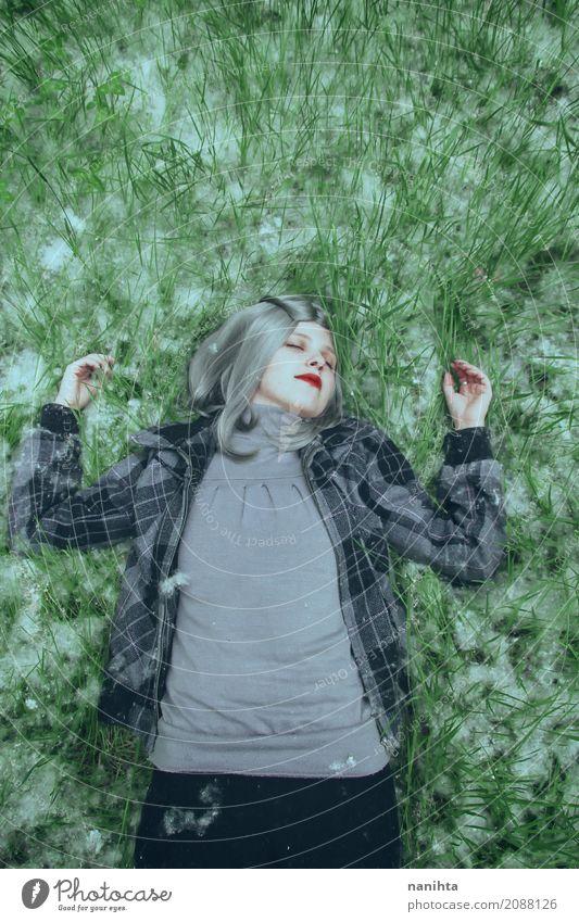 Junge Frau, die sich über einem Feld des Grases und der Blütenstaub hinlegt Mensch feminin Jugendliche 1 18-30 Jahre Erwachsene Umwelt Natur Frühling Pollen